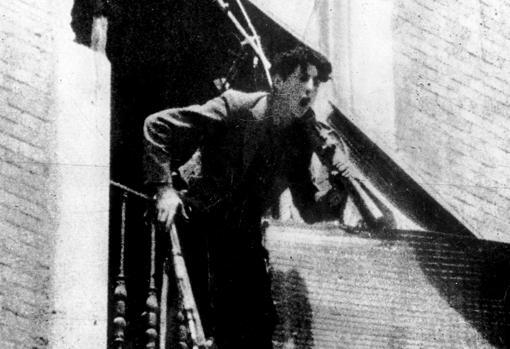 Miliciano asomado a una ventana del Cuartel de la Montaña después de ser asaltado