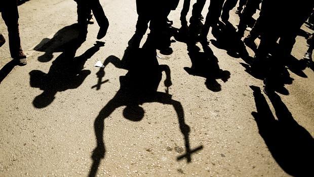 Imagen de la sombra de unos manifestantes que alzan cruces durante una protesta en contra del gobierno, en el centro de Nairobi, Kenia