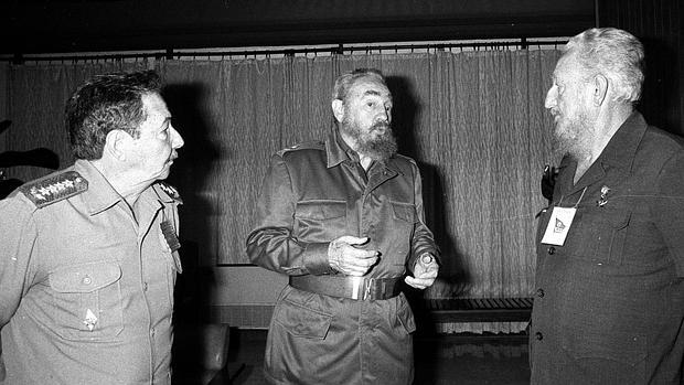 Ramón, a la derecha, con sus hermanos Raúl y Fidel Castro