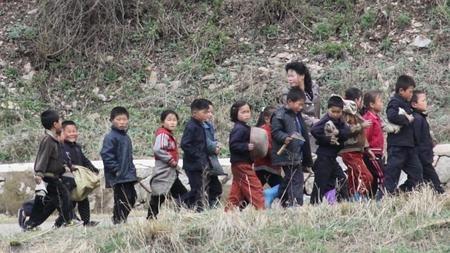 Niños acuden a trabajar en la carretera que une Pyongyang con Kaesong