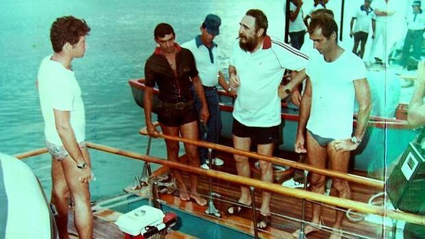 Fidel Castro se prepara para pescar desde las lanchas «Pionera I» y «Pionera II» unidas. Su exescolta va vestido de oscuro