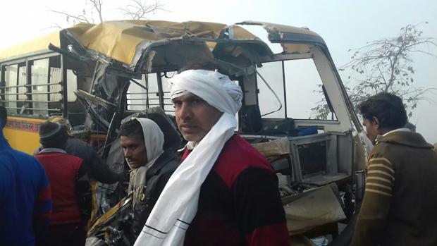 El autobús escolar, tras el accidente ocurrido en India