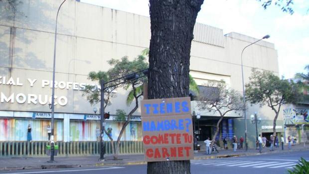 Cartel colgado en una céntrica calle de Valencia (Carabobo), en respuesta al «carné de la patria» de Nicolás Maduro