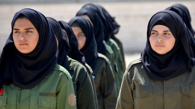 Las palestinas se visten el uniforme militar