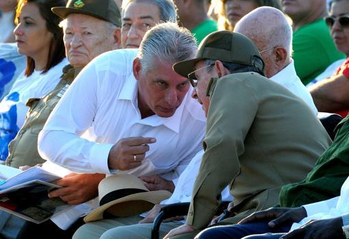 Díaz-Canel conversa con Raúl Castro el pasado año, en el 50 aniversario de la muerte del Che