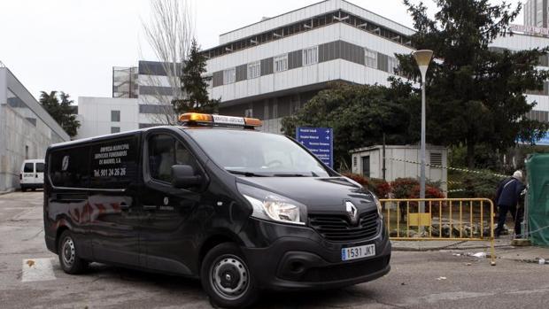 Un coche funebre sale del hospital de La Paz donde un hombre, de nacionalidad chilena, y su hija de un año han muerto hoy cuando el primero se ha arrojado con la pequeña desde una ventana