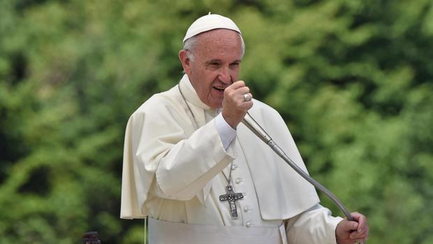 El papa Francisco oficia una ceremonia durante su visita al municipio italiano de Barbania