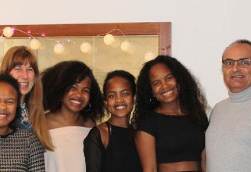 Cristina Cama y su marido adoptaron cuatro hermanas de Madagascar: Sina, Yamine, Francine y Uly