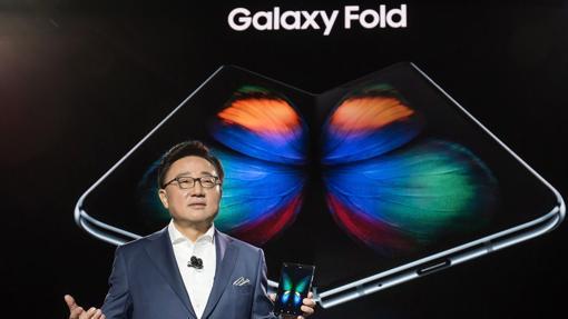 CEO de la División de Comunicaciones Móviles y TI de Samsung Electronics Co., DJ Koh, con el Galaxy Fold