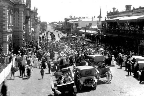 A crowd gathering in front of Mount Gambier's Town Hall to wait for official news of the armistice on November 12.
