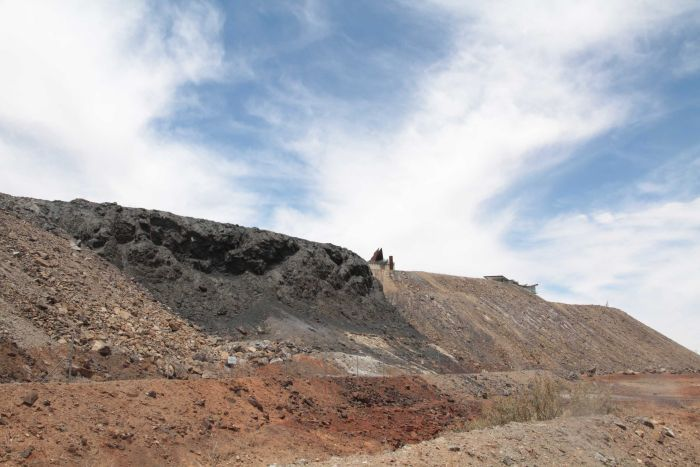 A slag heap (hills made from the waste material of a mine) is located in the centre of Broken Hill.