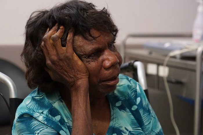 An Indigenous patient talks to Dr Simon Quilty.