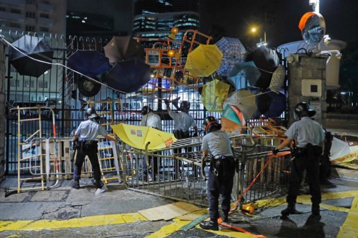 Riot police erase barricades and umbrellas blocked by protesters