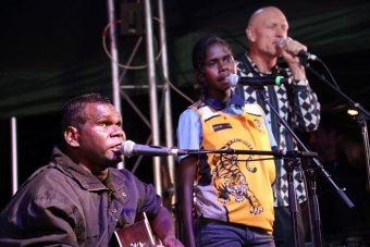Gurrumul sings with daughter and Peter Garrett