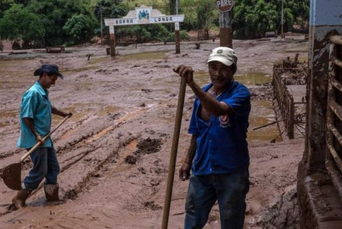 Cleaning a street of Barra Longo city of toxic mine waste