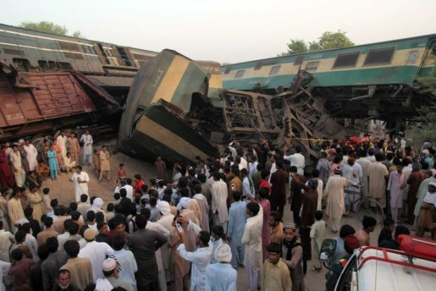 Two trains collide in Pakistan க்கான பட முடிவு