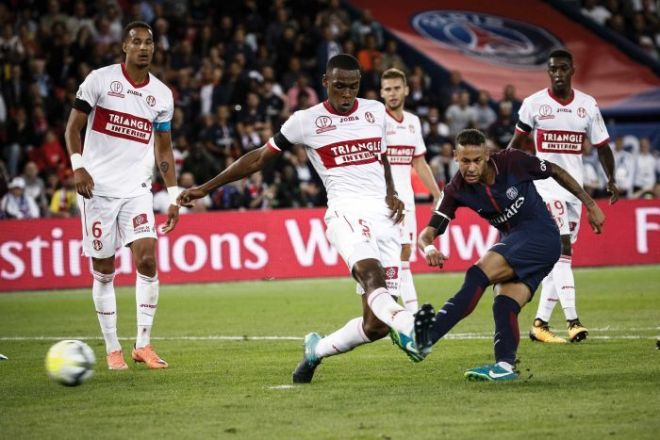 Neymar gets a shot away for PSG as four Toulouse defenders look on helplessly.