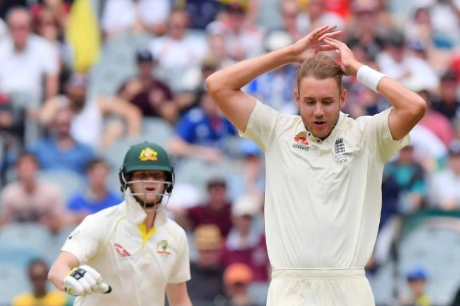 Stuart Broad looks on as Steve Smith urges against a run at the MCG