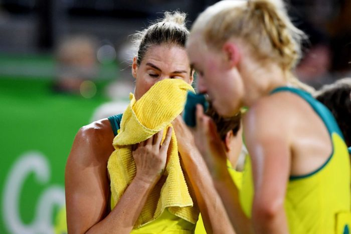 Caitlin Bassett wipes her face with a towel after the Commonwealth Games netball final.