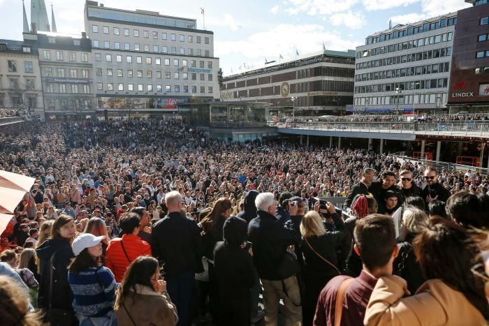 Thousands of fans gather in Sweden for a moment of silence