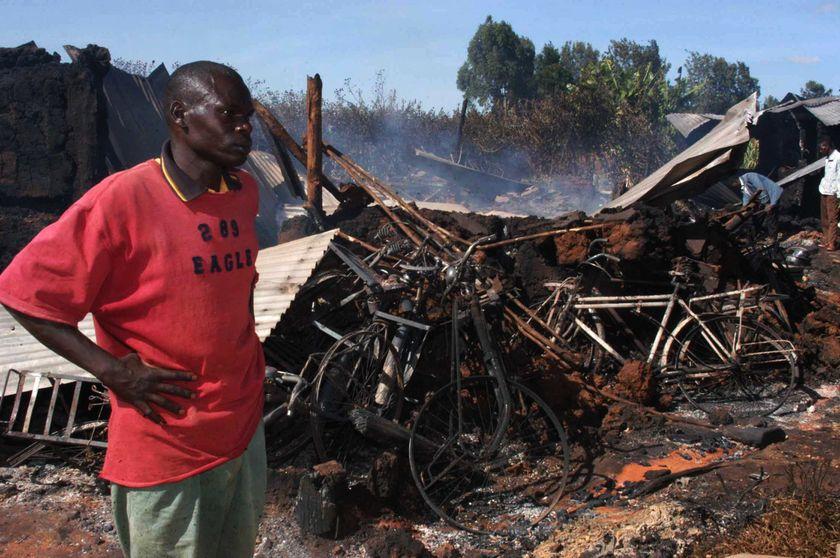 Un hombre keniano frente a los restos de la iglesia quemada (AFP)