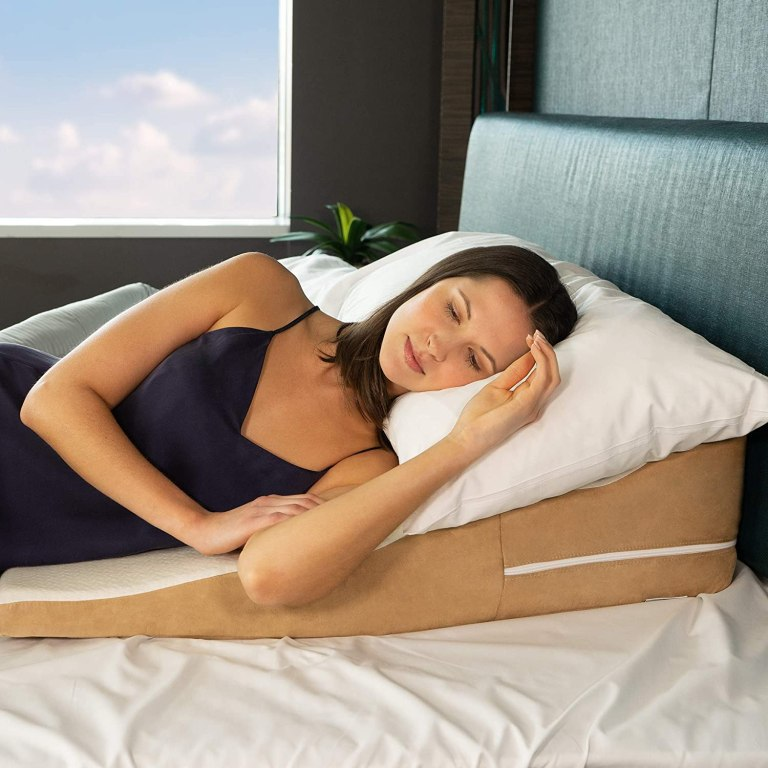 woman-sleeping-on-wavy-wedge-pillow