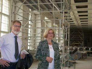Franz-Wilhelm Garske mit Bezirksbürgermeisterin Angelika Schöttler beim Rundgang durchs Gebäude.
