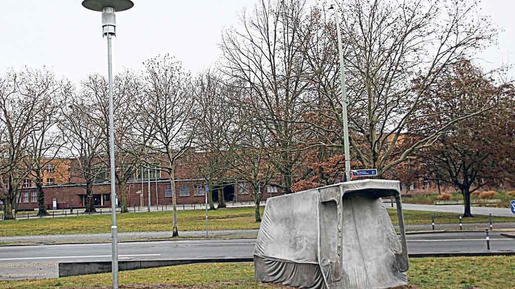 Berlin-Lichtenberg: Eine Hütte mit Laterne auf dem Rasen
