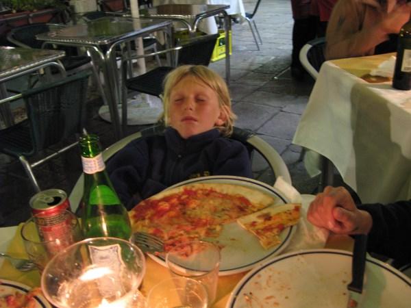 Felix vor der Pizza eingeschlafen. Mit zwei Elefanten über die Alpen. Eine Familie wandert von München nach Venedig.