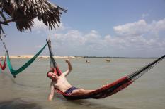 Sehr entspannt in der Hängematte mit dem Hintern im Wasser ;-)