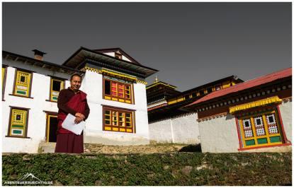 Stolzer Mönch in seinem Kloster