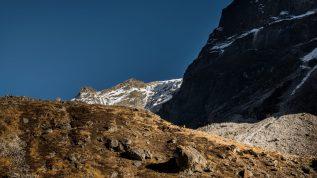 Trailrunning im Himalaya - David ein Punkt vor der Dimension dieser Wand