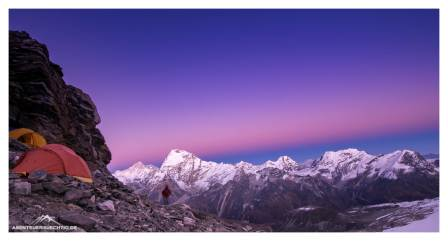 Blaue Stunde im High Camp auf 5.800 Metern - im Bild zwei 8000er