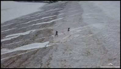 Wir passieren ein paar weniger aber gut sichtbare Gletscherspalten