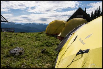 Für die Bodenschläfer haben wir schon mal die Zelte aufgebaut.