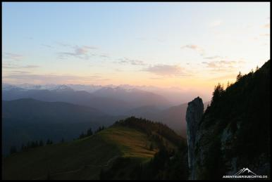 Der Himmel brennt, während die Sonne hinter dem Roßstein verschwindet.