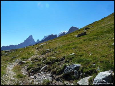 Zurück in die Zivilisation. Der Peutereygrat und im Hintergrund der Mont Blanc.