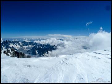 Ausblick vom Mont Blanc auf die umliegenden Gipfel. Der Dent du Géant in der Mitte sieht von hier ganz klein aus.