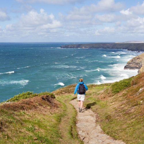 Wandern ohne Gepäck in Cornwall auf dem South West Coast Path in Cornwall, Südengland
