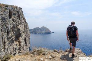 Wanderer an der Amalfiküste Italiens mit Blick auf das Mittelmeer
