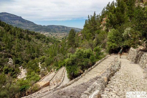 Steile Abstiege auf dem Trockenmauerweg.