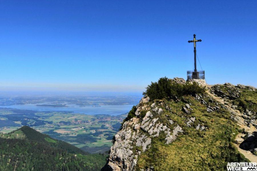 Ausblick vom Hochfelln auf den Chiemsee in Bayern.