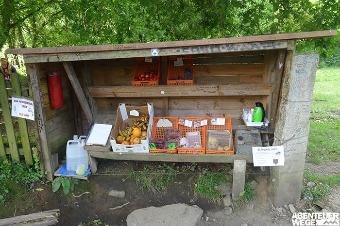 Verkaufsstand auf dem Jakobsweg mit frischem Obst und Gemüse.
