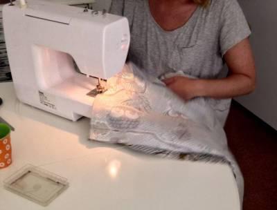Yngste ved symaskinen