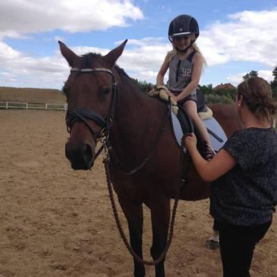 Sofie og Moster Jannie på ridetur