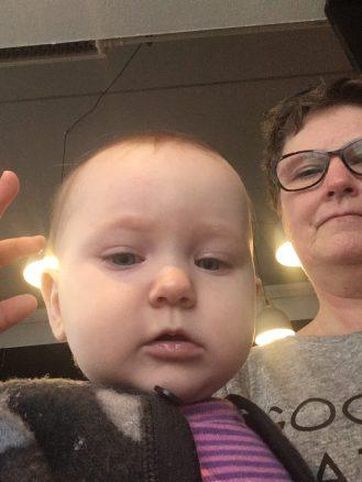 Selfie af Frida og mormor på Cafe Aas