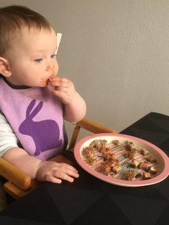 Frida er koncentreret - hun spiser selv