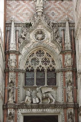 Parte superior da porta de entrada do Palácio dos Doges