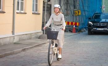 Kaja Kallas sõidab rattaga
