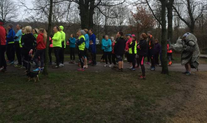 pic of runners at start of oakwell hall parkrun
